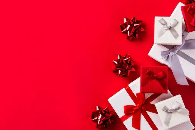 Coffrets cadeaux blancs et rouges isolés sur le rouge
