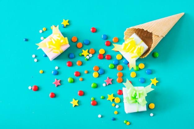 Coffrets cadeaux; bonbons et cornet de crème glacée à la gaufre sur fond turquoise
