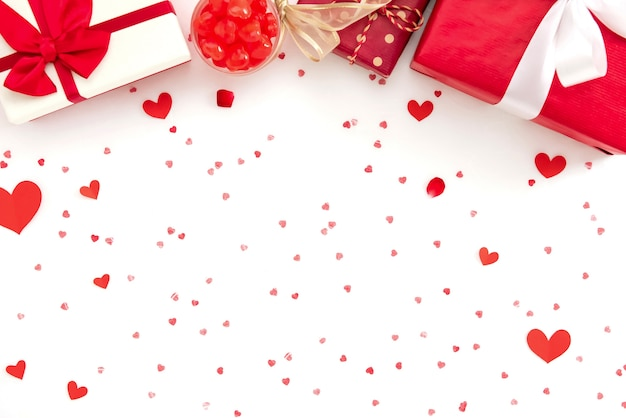 Coffrets cadeaux et bonbons sur la texture du papier coeur rouge