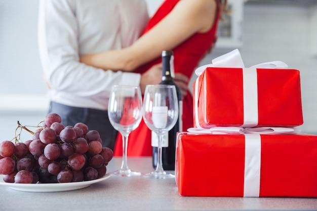 Coffrets cadeaux, bouteille de vin et raisin sur table