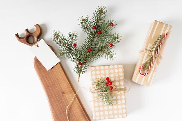 Coffrets cadeaux avec des branches de sapin et des baies