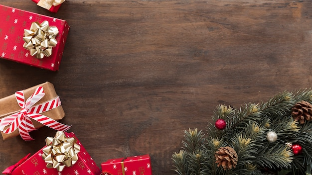Coffrets cadeaux avec des branches de sapin vert