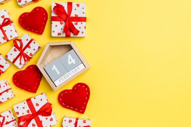 Coffrets cadeaux, calendrier en bois et coeurs en textile rouge