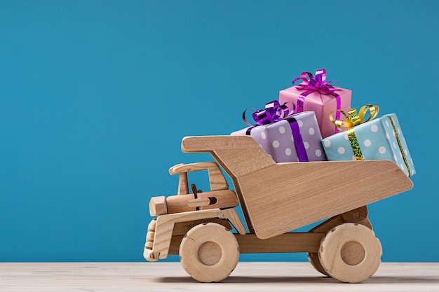 Coffrets cadeaux sur camion benne.