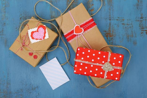 Coffrets cadeaux avec carte sur surface en bois