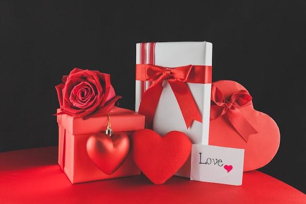 Coffrets cadeaux avec des chocolats et une note d'amour
