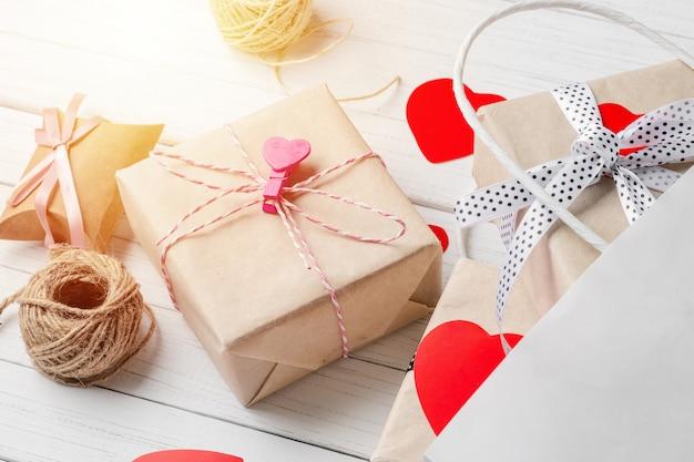 Coffrets cadeaux, cœur en papier découpé et sac à provisions