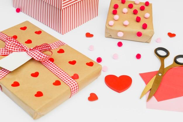 Coffrets cadeaux avec coeur rouge sur table lumineuse
