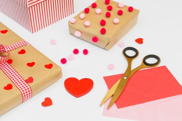 Coffrets cadeaux avec coeur rouge sur tableau blanc