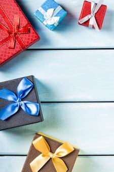 Coffrets-cadeaux colorés sur joli fond en bois bleu