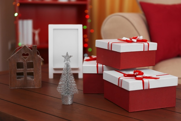 Coffrets cadeaux colorés sur table en bois dans la chambre, gros plan