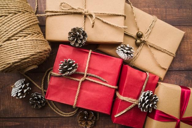 Coffrets cadeaux avec des cônes et un rouleau de corde