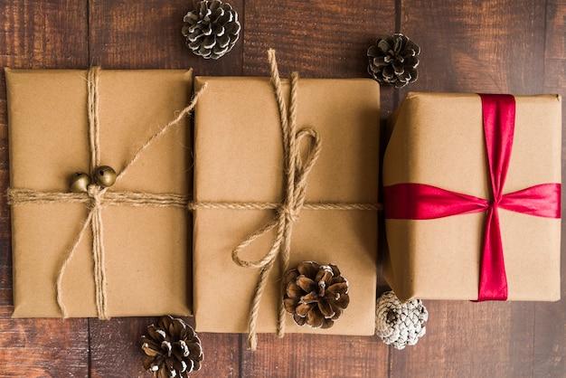 Coffrets cadeaux avec des cônes sur une table en bois