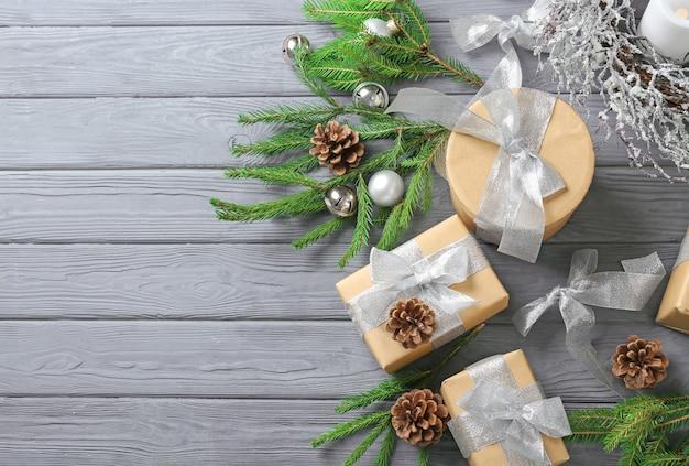 Coffrets cadeaux et décorations de noël sur table en bois