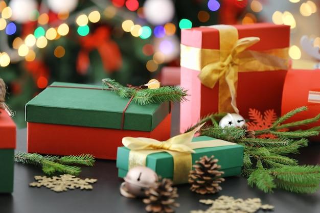 Coffrets cadeaux et décorations de noël sur table contre les lumières floues