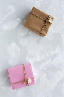Coffrets cadeaux décorés sur fond coloré