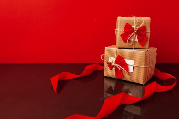 Coffrets cadeaux emballés pour noël sur rouge