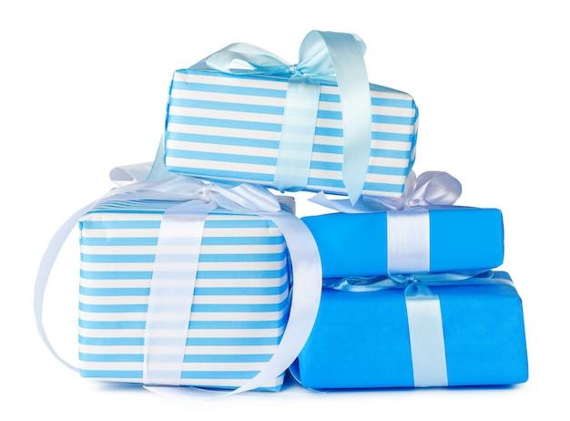 Coffrets-cadeaux empilés colorés isolés sur blanc