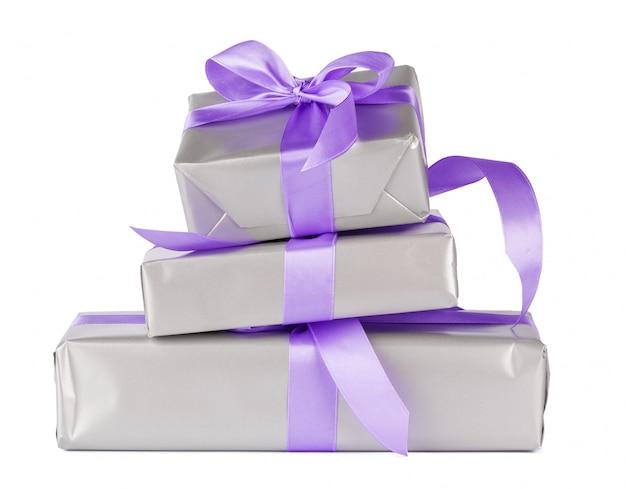 Coffrets cadeaux empilés colorés