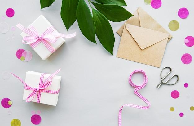 Coffrets cadeaux, enveloppe et feuilles vertes