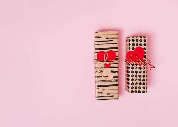 Coffrets cadeaux enveloppés de coeurs décoratifs