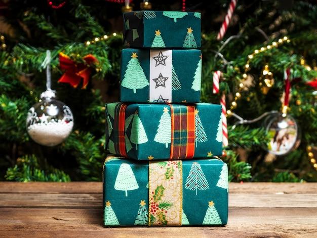 Coffrets cadeaux enveloppés de noël sur la table en bois.