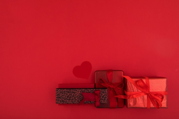Coffrets cadeaux sur l'espace de copie de fond rouge