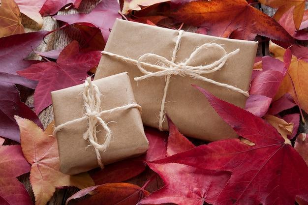 Coffrets cadeaux avec des feuilles d'automne