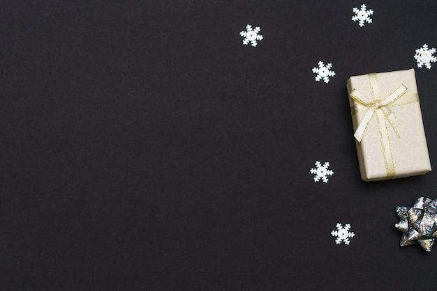 Coffrets cadeaux et flocons de neige sur papier noir fond noir image de concept de vacances cadeau de noël avec c...