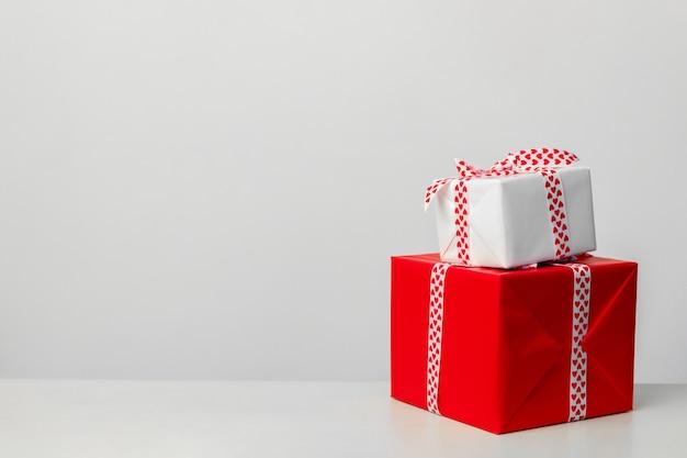 Coffrets cadeaux sur fond blanc cadeau pour la saint-valentin fête des mères et noël place pour le texte