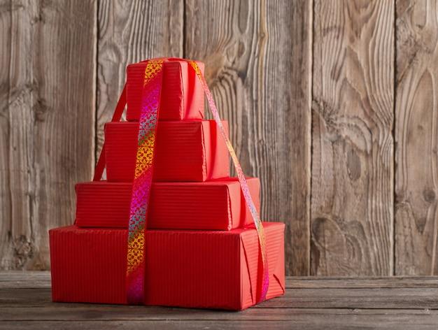 Coffrets cadeaux sur fond en bois