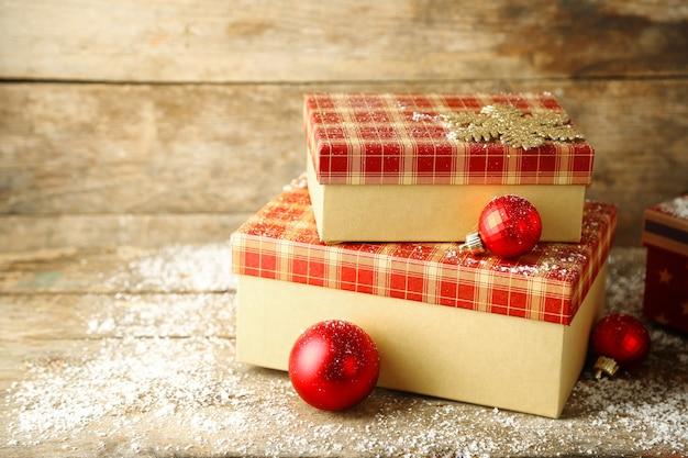 Coffrets cadeaux sur fond de bois