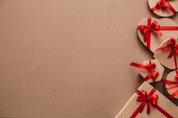 Coffrets cadeaux sur fond marron