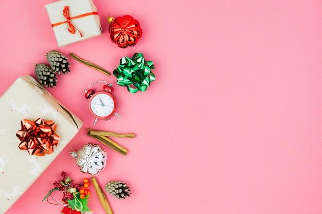 Coffrets cadeaux avec des jouets sur la table