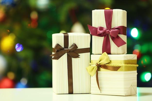 Coffrets cadeaux sur les lumières des arbres de noël