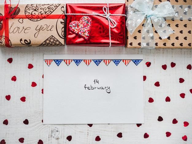 Coffrets cadeaux lumineux noués avec un ruban