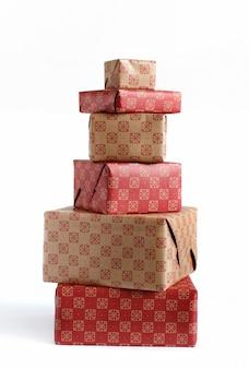 Coffrets cadeaux à motifs écru et rouge isolat