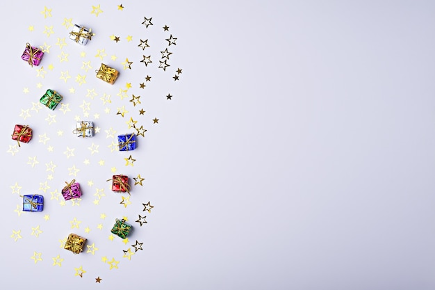 Coffrets cadeaux multicolores avec des étoiles scintillantes sur fond blanc avec espace copie