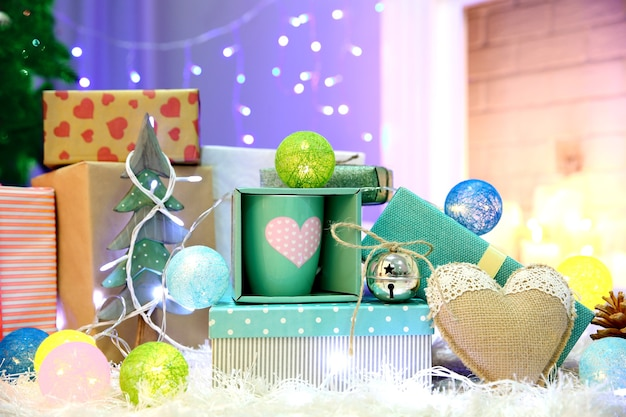 Coffrets cadeaux de noël et décoration sur le tapis moelleux, intérieur