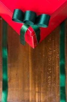 Coffrets cadeaux de noël et divers arrière-plans en bois avec des motifs de noël et du nouvel an