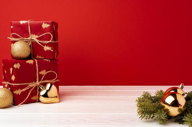 Coffrets cadeaux de noël emballés contre vue avant rouge