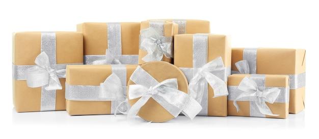 Coffrets cadeaux de noël sur fond blanc