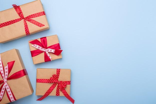 Coffrets cadeaux de noël sur fond bleu. vue de dessus avec espace de copie - image