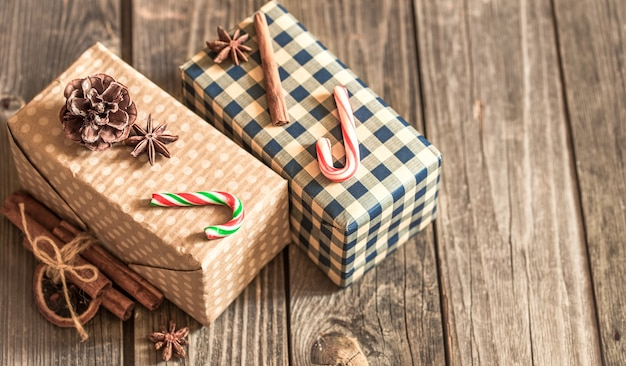 Coffrets cadeaux de noël sur fond de bois, concept vacances de noël