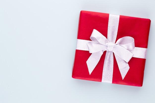 Coffrets cadeaux de noël sur fond pastel.