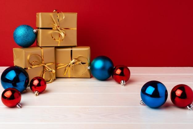 Coffrets cadeaux de noël sur fond rouge vue de face
