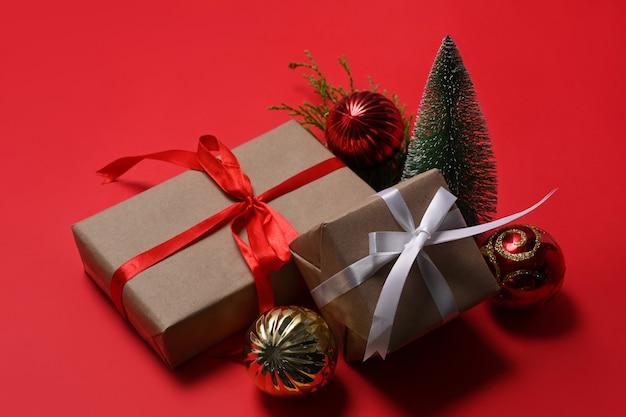 Coffrets cadeaux de noël sur fond rouge.