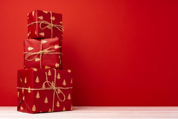 Coffrets cadeaux de noël sur fond rouge