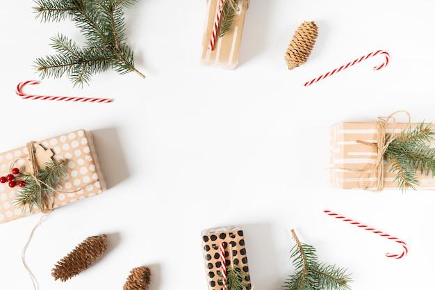 Coffrets cadeaux de noël mis en composition ronde