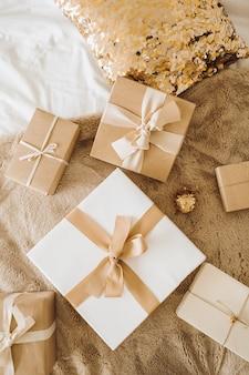 Coffrets cadeaux de noël nouvel an avec des arcs. concept créatif d'emballage de cadeaux de vacances d'hiver traditionnelles.
